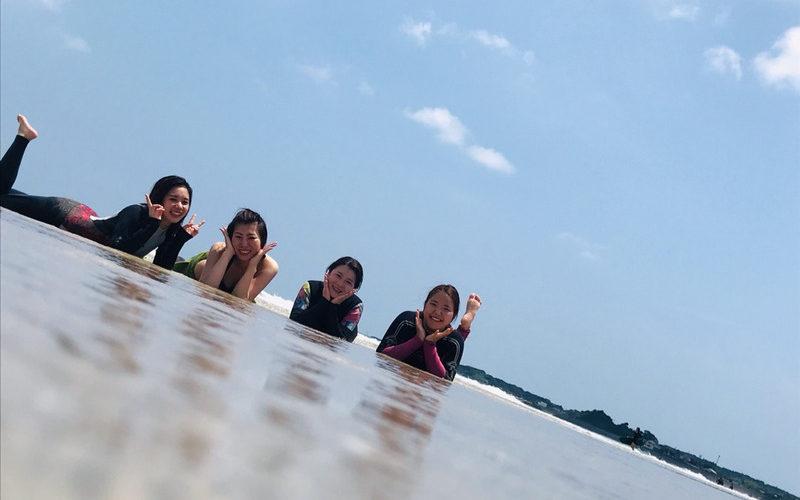 サーフィンに行こう〜〜 20190723 元気な女の子4人組の貸切り スクール 体験スクール サーフィン女子
